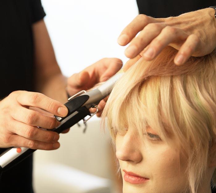 Ausbildung Friseur Berlin icono Lockenstab